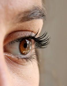 Allergien der Augen führen häufig zu geröteten Augen und Augentränen.