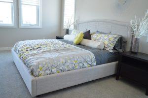 Vor allem in der Bettwäsche stecken viele Milben. Hier helfen spezielle Milbenbezüge.