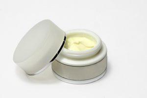 Ein allergisches Kontaktekzem wird mit Salben behandelt und erfordert die Meidung der Allergene.