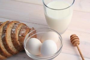 Bei einer Nahrungsmittelallergie reagiert der Körper allergisch auf Produkte die Eier, Milch, Nüsse etc. enthalten.