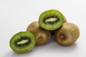 Aufgrund von Kreuzallergien reagieren Betroffene einer Latexallergie meist auch allergisch auf exotische Früchte wie Kiwis.