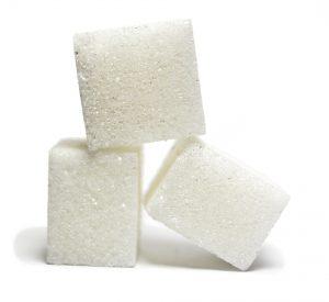 Auch haushaltsüblicher Zucker sollte bei einer Fruktoseintoleranz gemieden werden.