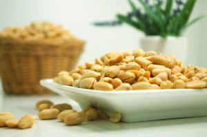 Wer unter Heuschnupfen leidet reagiert meist auch allergisch auf Nüssen aufgrund von Kreuzallergien.