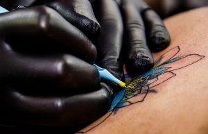 Eine Tattooallergie wird durch Substanzen in den verwenden Tätowierfarben ausgelöst.