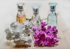 Bei der Duftstoffallergie kommt es zu Symptomen durch allergene Substanzen die in Duftsoffen von Parfüms, Kosmetika, Raumdüften, Waschmitteln, Weichspülern, Reinigungsmitteln etc. enthalten sind.