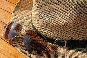 Bei einer Sonnenallergie gilt es die Sonne zu meiden und sich vor ihr zu schützen mit Sonnencremes, Hüten, Kleidung etc.