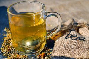 Heißer Tee oder Milch mit Honig lindern den Schmerz durch die wohltuende Wärme.