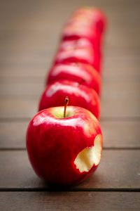 Häufig führt auch Obst, wie der als gesund geltene Apfel zu allergischen Symptomen. Meist in Folge von Kreuzallergien gegen Pollen und Gräsern.