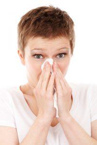 Heuschnupfen führt zu Symptomen wie laufender Nase.