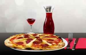 In geselliger Runde mit Freunden vergessen einige Gäste auch mal ihre Laktoseintoleranz für einen Abend und essen eine Pizza mit Käse mit.