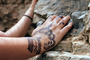 Henna-Tattoos-Allergie, gerade Henna-Tattoos aus südlichen Urlaubsländern lösen häufig Allergien aus.