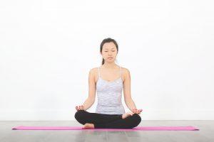 Yoga kann mit Atemübungen beim Luftholen helfen.