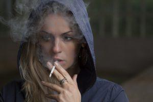 Bei der Nikotinallergie reagiert man häufig auf Duftstoffe der Zigaretten.