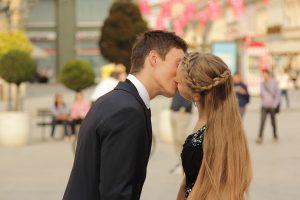 Auch ein Kuss kann zu allergischen Symptomen führen.