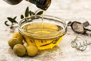 Die Olivenallergie kann durch ihre Pollen ausgelöst werden und durch die Olive als Frucht.
