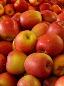 Bei Magenbeschwerden helfen unter anderem häufig geriebene Äpfel.