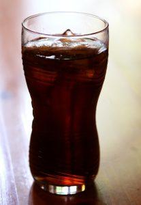 Auch der Koffein in Cola kann zu allergischen Symptomen führen.