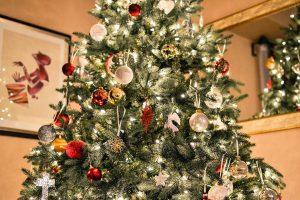 Zu Weihnachten sollte man einen künstlichen anstelle eines echten Tannenbaumes nutzen, um Allergien zu vermeiden.
