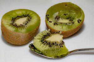 Die Kiwi wird gern halbiert und mit einem Teelöffel ausgelöffelt.