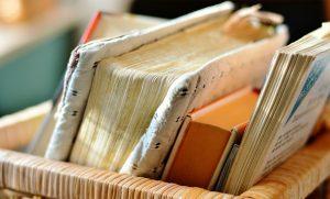 Neben Zeitungen und Zeitschriften können auch Bücher die Papierallergie auslösen.