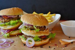 Ein in Fastfood wie Burgern sind Zwiebeln beliebt als Beilage.