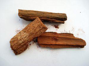 Auch zur Behandlung von Malaria ist Chinin geeignet, das man aus der Rinde des Chinabaumes als weißes kristallines Pulver gewinnen kann.