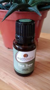 Bei einer Teebaumöl-Allergie sollte man Duftstoffe wie das Teebaum-(Englsich tea tree) Öl meiden.