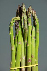 Neben weißen Spargel ist auch der dünne grüne beliebt.