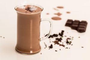 Bei einer Schokoladenallergie sollte man auf den Verzehr von Schokolade, Kakao, heißer Schokolade etc. verzichten.