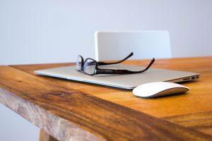 Wechselnde Hardware und Pausen können bei einer Computerallergie helfen.
