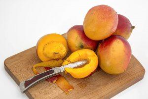Häufig führen die Allergene unterhalb der Schale der Mango zu einer Mangoallergie.