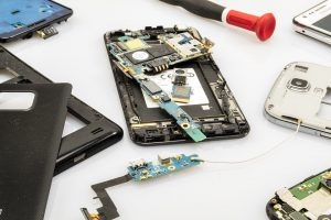 Die im Handy verbauten Kunststoffe und Metalle können zu einer Kontaktallergie führen.