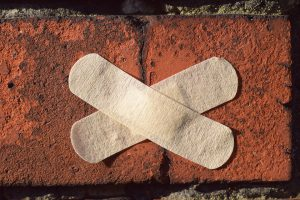 Plaster, auf Englisch patch, können zu einer Pflasterallergie führen.