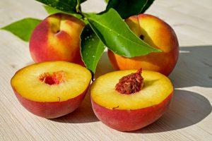 Die Pfirsichallergie wird durch das beliebte Kernobst Pfirsich ausgelöst.