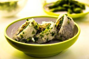 Eine Reisallergie kann durch den Reis, aber auch durch die Zutaten (Fisch) wie beim Suhi ausgelöst werden.