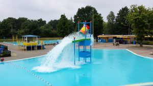 Die Chlorallergie führt gerade in Schwimmbädern zu Reizungen der Haut und Augen.
