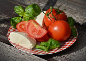 Tomaten werden gern mit Mozzarella und Basilikum kombiniert in der mediterranen Küche.