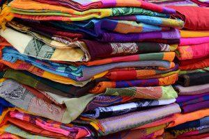 PPD wird häufig zum Färben genutzt, daher können Textilien eine PPD-Allergie auslösen.