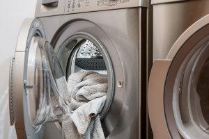 Eine Waschmittelallergie kann durch die verschiedenen Substanzen im Waschmittel ausgelöst werden.