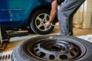 Auch bei einer Gummi-Allergie sollte man Handschuhe beim Reifenwechsel tragen.
