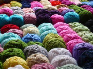 Auch rauhe Materialien wie Wolle können zu Beschwerden wie Rötungen auf der Haut führen.