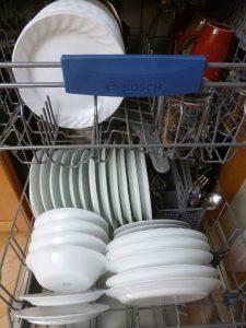 Antibiotikaresistente Keime sind in Haushaltsgeräten wie Geschirrspüler (auf Englisch dishwasher) und Waschmaschinen (auf Englisch washing machine) möglich. Man sollte sie regelmäßig heiß betreiben.