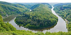 Frische Waldluft kann das Immunsystem stärken. Hier die Saarschleife bei Meetlach. , einem Durchbruchstall der Saar, gehört zu den bekanntesten Sehenswürdigkeiten des Saarlandes. Die beste Ansicht bietet die 180 m über dem Fluss gelegene Aussichtspunkt Cloef im Meetlacher Ortsteil Orscholz.