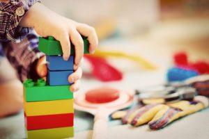 Spielzeuge können allergen Kunststoffe, Duftstoffe etc. enthalten.