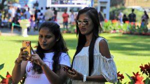 Handy schadet den Augen. Das ständige Staren auf das Smartphone schadet den Augen und der Haltung.
