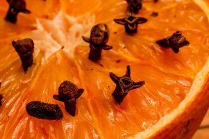 Mit getrockneten Nelken gespickte Orangen- oder Zitronenhälften helfen gegen Mücken.