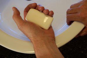 Zur Vermeidung von möglichen Infektionen ist ausreichend Hygiene wie durch Händewaschen nötig.