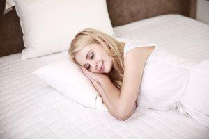 Schlafen auf der rechten Körperseite sollte man meiden.