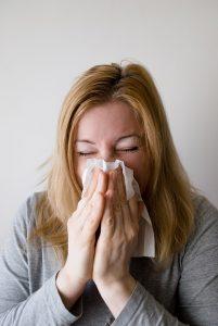 Niesen kann eine allergische Reaktion sein.