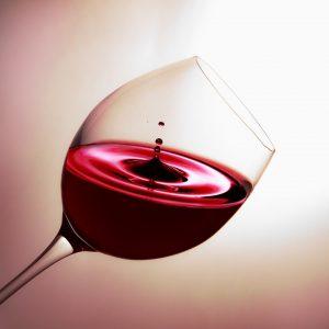 Bei einer Histaminintoleranz sollte man auf histaminhaltige Lebensmittel wie Rotwein verzichten.